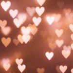 Paljon pieniä pinkkejä valon tavoin hehkuvia sydämiä.