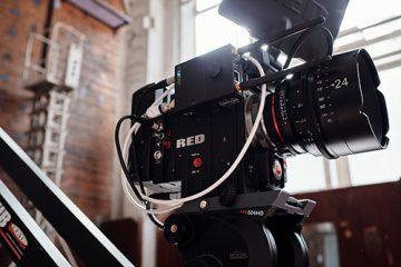 Ammattilaisvideokamera valmiina kuvauksiin.