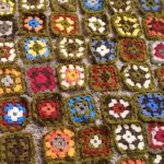 Virkattuja värikkäitä isoäidin neliö -tilkkuja.