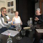 Eija Hinkkala kertomassa Kertsi ry:n jäsenille lauluntekijän työstä.