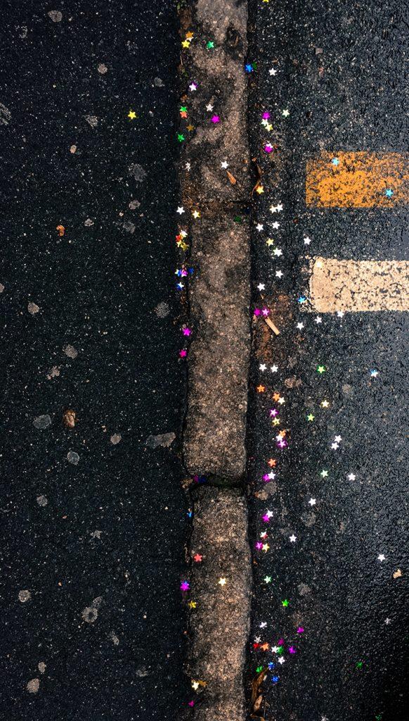 Märälle asfaltille on tippunut juhlakoristehileitä.