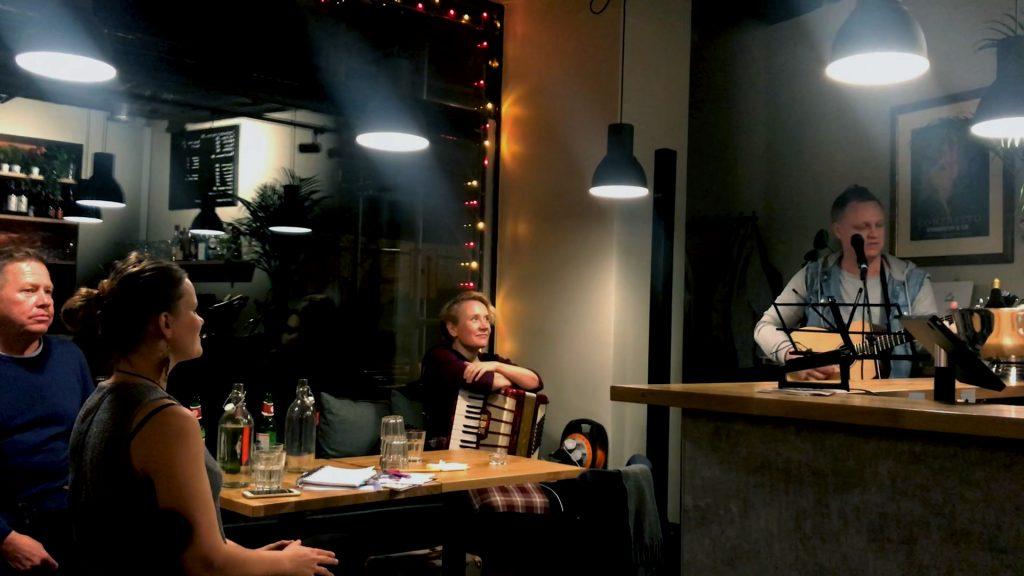 Lasse Wikman, Heidi Harju, Tuija Rantalainen kuuntelemassa Petri Somerin musisointiesitystä